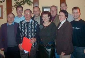 Der neue Vorstand des Mescheder Ortsvereins: Der Vorsitzende Reinhard Schmidt (4. v.l.) ehrte Karl-Heinz Bergsieker (2. v.l.), der für seine 50-jährige Mitgliedschaft in der SPD.