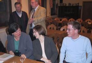 Die stellvertretende Vorsitzende der SPD-Fraktion im Deutschen Bundestag Hildegard Wester MdB im Gespräch mit ihrer Kollegin Dagmar Schmidt MdB und dem Geschäftsführer der SPD-Fraktion im Rat der Stadt Meschede Andreas Schmitz