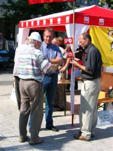 v.r.: Bürgermeisterkandidat Reinhard Schmidt mit dem SPD-Ratskandidaten Bernd Martin im Gespräch mit einem Bürger