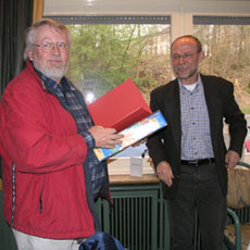 Reinhard Schmidt ehrte Wigbert Hermes für seine 25-jährige Mitgliedschaft in der SPD.
