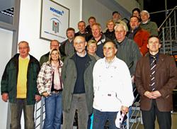 Ausbildungsleiter Dieter Berndt (vorne rechts) führte Mitglieder und Freunde des SPD-Ortsvereins durch die Honsel-Werke.