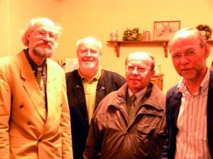 von links: Dr. Johannes Spruth mit Siegfried Lumme, Vorsitzender des SPD-Stadtverbandes, ein interessierter Teilnehmer und Reinhard Schmidt