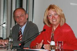 Christel Humme, familienpolitische Sprecherin der SPD-Bundestagsfraktion mit Reinhard Schmidt, Vorsitzender des SPD-Ortsvereins Meschede
