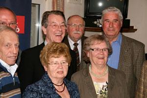 Franz Müntefering mit einigen langjährigen Parteimitgliedern beim Jubiläum des SPD-Ortsvereins Heinrichsthal-Wehrstapel. Foto: Jürgen Stenzel