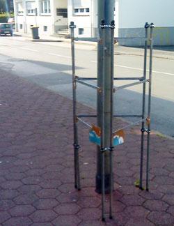 Das war ursprünglich ein Plakatständer der SPD – jetzt steht nur noch ein Stahlgerippe. Plakat-Vandalismus kann für den Verursacher teuer werden.
