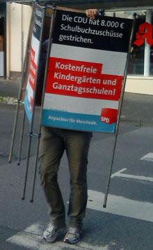 Ratsmitglied Alfred Brüggemann beim Aufstellen der zweiten SPD-Plakatserie zum Thema Bildung im Kommunalwahlkampf 2009.