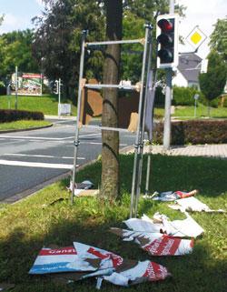 Ein völlig zerstörter Plakatständer der Mescheder SPD an der Waldstraße, Ecke Pulverturmstraße.