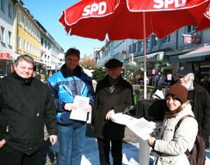Die Mescheder Sozialdemokraten bei der Umfrage auf dem Wochenmarkt.