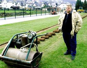 Der 2. stellvertretende Bürgermeister Jürgen Lipke machte sich vor Ort ein persönliches Bild vom Stand der Arbeiten am neuen Rasenplatz in Freienohl.