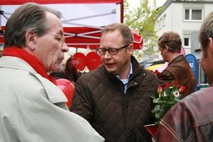 Verteilten in der Mescheder Fußgängerzone rote Rosen vor dem Wahltag am Muttertag: Karsten Rudolph und Franz Müntefering.
