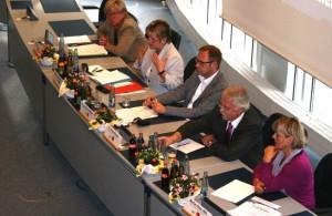 Das Podium (v.l.): Gisela Bartsch (Stadt Meschede), Schulministerin Sylvia Löhrmann, Dr. Karsten Rudolph (HSK-SPD), Dr. Ernst Rösner (IFS Dortmund) und Marlies Stotz (SPD-Landtagsfraktion).