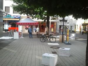 Mit Ihrem Thementag: Mindestlohn, prekäre Beschäftigung, Lohndumping und gleicher Lohn für gleiche Arbeit sorgte die SPD für Aufsehen in der Fußgängerzone in Meschede.